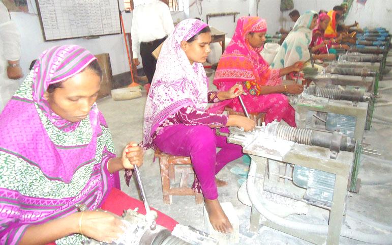 সৈয়দপুরে গরু-মহিষের শিং-হাড়ের তৈরি বোতাম যাচ্ছে বিদেশে